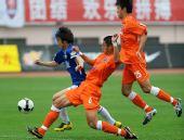 图文:[中超]青岛0-1河南 比赛中拼抢