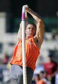 图文:2009美国田径选拔赛 撑竿跳沃克飞跃瞬间