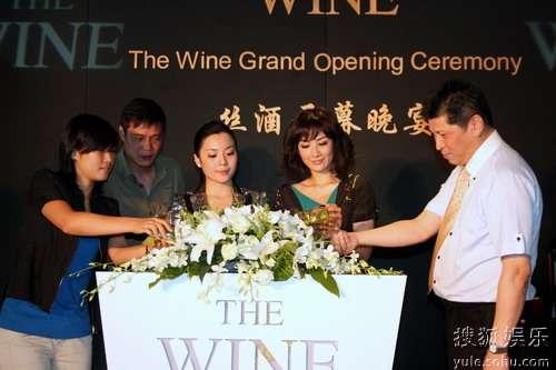 黄奕范志毅与主办方共同启动慈善拍卖晚宴