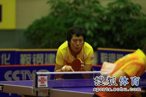 图文:乒超第九轮辽宁负山东 李晓霞目不转睛
