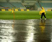 图文:[中超]江苏2-0成都 大雨造成球赛暂停