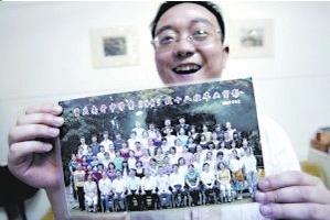 何川洋的班主任老师周斌开心不已。《成都商报》供图