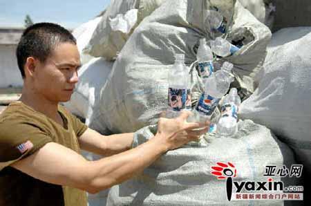 韦德胜在小院内发现大量的百事可乐的空瓶子。本网记者 陈峰 摄
