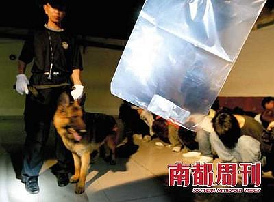 广东佛山警方在一次扫毒行动中,从抓获的部分嫌疑人身上搜出一定数量的毒品。 摄影・陈志刚