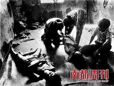 1994年,广东湛江。地上躺着的两名年轻人是一对染上毒瘾的情侣,为了帮助他们戒毒,家人不得不把他们关在一所废弃的房子里,请来医生帮助他们戒毒。在拍摄这张照片的时候,这个艰难的戒毒过程已经进行到第七天。 摄影 陈海平