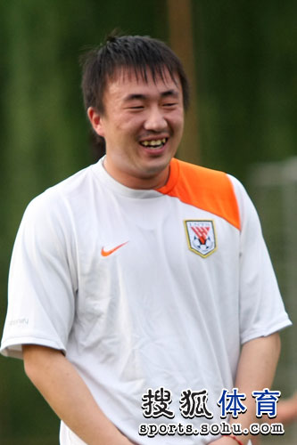 图文:[中超]鲁能备战联赛 小胖开怀笑