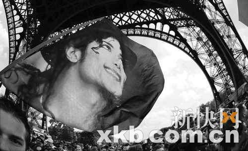 28日,法国的粉丝聚集在埃菲尔铁塔下,纪念自己的偶像迈克尔・杰克逊。