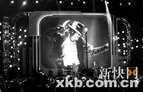由奥斯卡影帝吉米・福克斯主持的本年度BlackEntertainment TV Awards(黑人娱乐电视台颁奖典礼)上,杰克逊兄弟出席并以家庭组合的形式进行了表演。