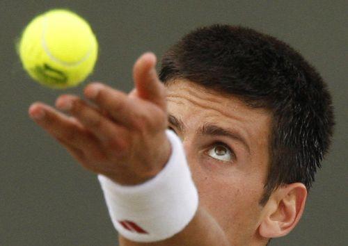 图文:德约科维奇3-0塞拉 塞国天才抛起网球