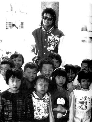 杰克逊与当地儿童合影