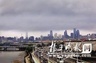 """昨天清晨七时许,南京城上空一片""""梅雨欲来云压楼""""的壮观景象。 宋峤 摄"""
