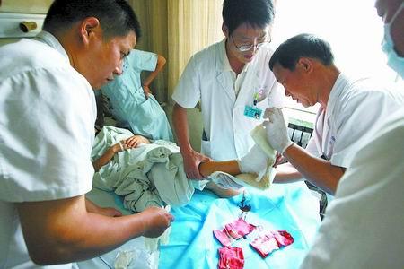 受伤乘客在山东当地医院接受治疗。记者洪波摄