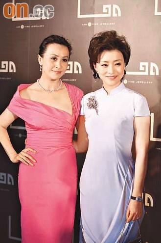 章子怡和刘嘉玲前日(6月28日)双双现身北京,为出席好友杨澜与歌手席琳-迪翁(Celine Dion)创立的高级品牌珠宝店的开幕庆典。