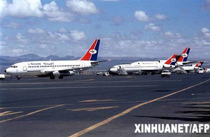6月30日,科摩罗副总统兼交通和旅游部长伊迪・纳杜瓦姆说,也门航空公司一架客机当天早晨在科摩罗群岛坠毁,机上150人生死不明。图为2001年1月23日在也门萨那机场拍摄的也门航空公司的飞机。新华社/法新