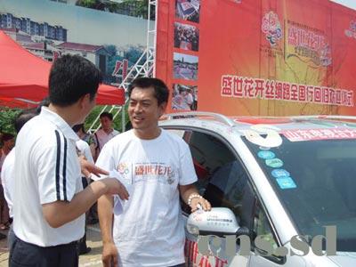 辆风尘仆仆的上海大众途安汽车驶进青州市政府前的广场时,高清图片