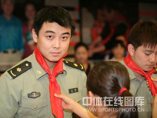 王皓戴上红领巾