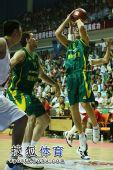 图文:男篮再胜澳大利亚 对手内线投篮