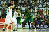 图文:男篮再胜澳大利亚 苏伟传球