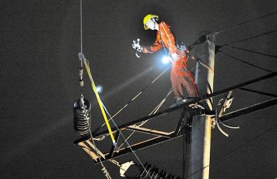 电力工人正在抢修 记者 张路桥 摄