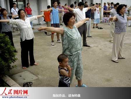 6月30日,村民在学做农民健身操。