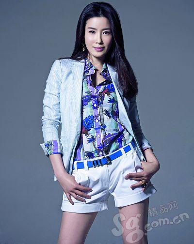 条纹西装搭配花色衬衫