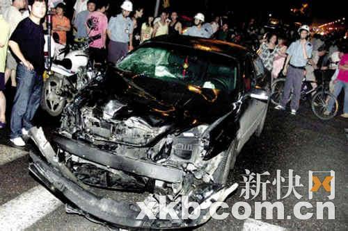 肇事车辆苏ATH900已撞得破烂不堪。