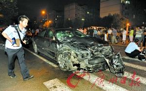 肇事车经过数次撞击后,车头毁损。