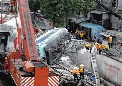 与火车站一墙之隔的被撞民房,距离铁轨仅3米。图/东方IC