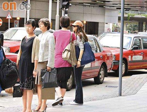 林志玲被拒载后面露惊呆,与助手于队尾排队等出租车