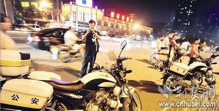 2名受伤交警的摩托车还停在事发现场 记者萧颢摄-武汉街头发生凶案