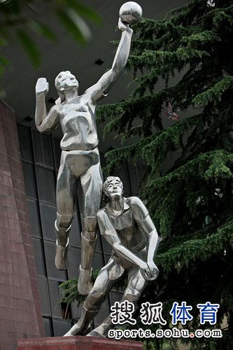 图文:女排备战世锦赛资格赛 打排球人物塑像