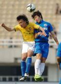 图文:[中超]陕西1-1长沙 忻峰与对手二龙戏珠