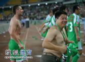 图文:[中超]北京2-1大连 球迷冲进场