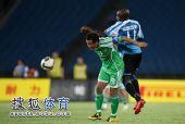 图文:[中超]北京2-1大连 詹姆斯头球