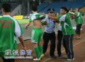 图文:[中超]北京2-1大连 警察干预