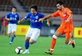 图文:[中超]青岛0-0广州 卢琳带球突破