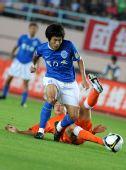 图文:[中超]青岛0-0广州 李本舰带球突破