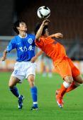 图文:[中超]青岛0-0广州 李健华与郑龙争顶