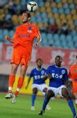图文:[中超]青岛0-0广州 乌戈跃起顶球