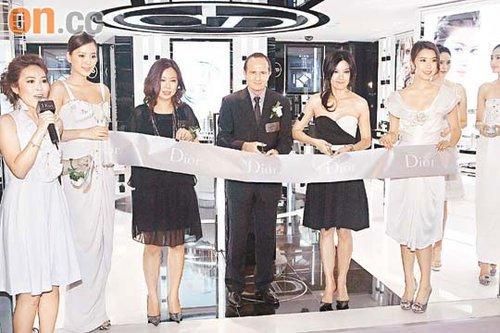 林熙蕾(右二)与嘉宾一起为Dior新店剪彩
