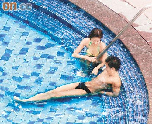 陈自瑶的玉手在王浩信胸前游走,而男方也显得十分受落