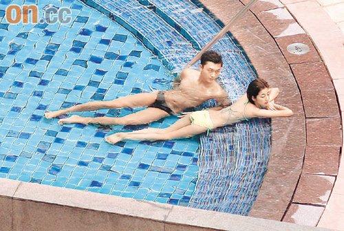 王浩信及陈自瑶躺卧池边,动作犹如正在拍广告