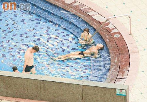王浩信与陈自瑶举止亲昵,懒理有泳客路过