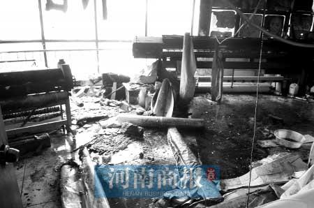 房间被烧得一片狼藉  商报记者 杨东华/摄