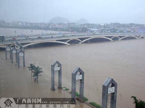 7月3日16时左右,漫过防洪堤的洪水浸泡了桂林市解放桥一带沿江两岸的部分街道。