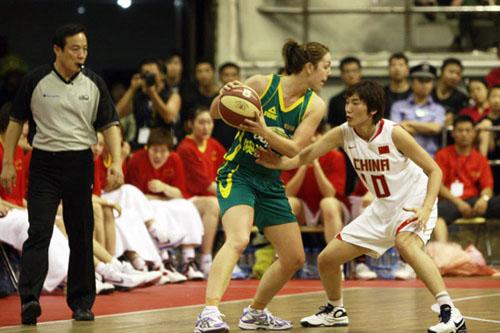 图文:女篮险胜澳洲布林袋鼠 张帆积极防守