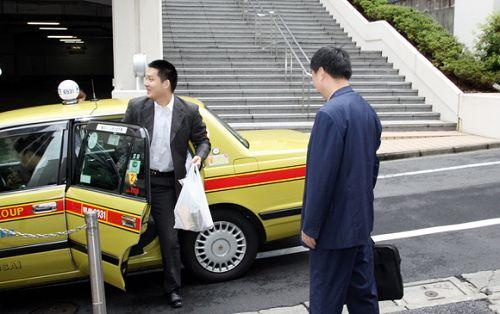 图文:富士通杯半决赛 常昊走下出租车俞斌等候