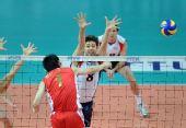图文:世界男排联赛中国3-2美国 对手拦网