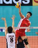 图文:世界男排联赛中国3-2美国 梁春龙扣球