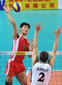 图文:世界男排联赛中国3-2美国 陈平网前扣球